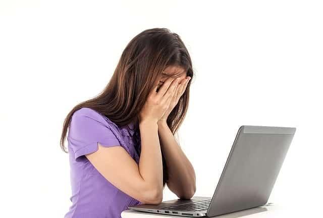 Une femme qui est fatigué devant son ordinateur